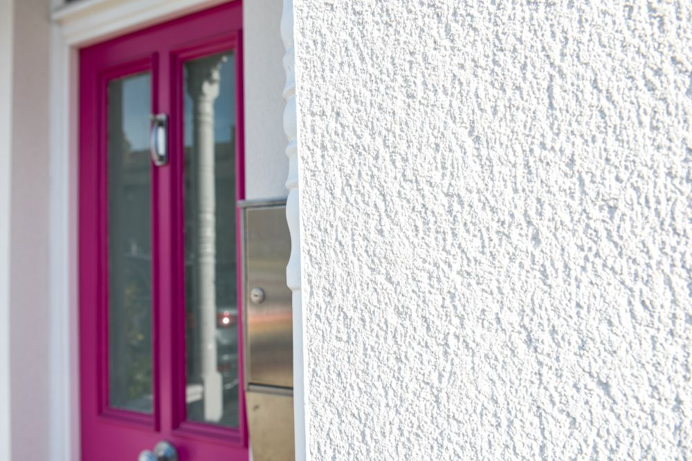 pink-front-door-with-white-render-surround-amj-contracts (25)